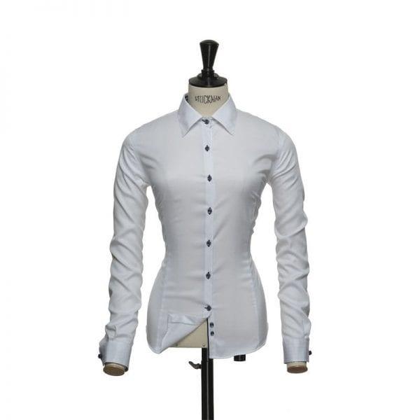 J. Harvest & Frost Red Bow 20, hvid skjorte med navy knapper af lækker kvalitet woman / kvinde model