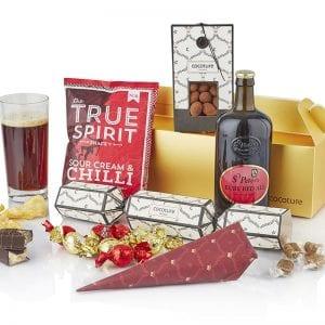 Julegave æske i guld med alt godt til ganen - Øl, chokolade mandler, chips, karamel mm. fra PR chokolade