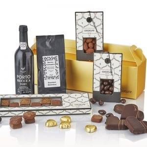 Julegave æske i guld med alt godt til ganen - vin, kaffe, chokolade mandler, julehjerter mm. fra PR chokolade