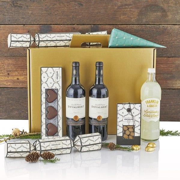 Julegave æske i guld - 2fl. vin, Franklin hyldeblomst lemonade, chokolade julehjerter, chokolade mandler fra PR chokolade