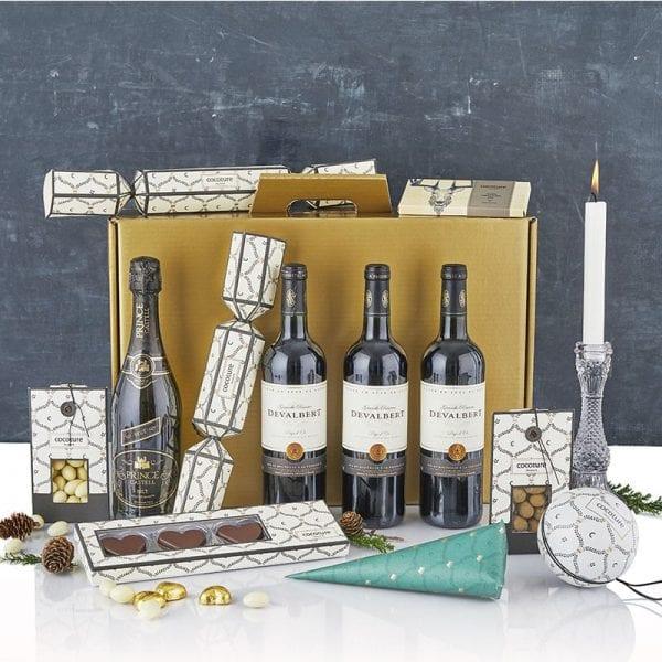 Julegave æske i guld - 3fl. vin, mouserende vin, chokolade julehjerter, chokolade mandler og en flot lysestage fra PR chokolade