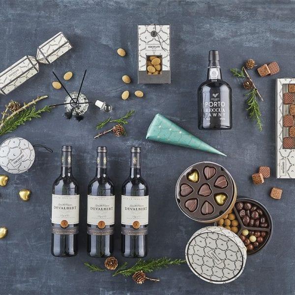 Miljø billede af 3 fl. vin, 1 fl. portvin, og kvadrat chokolade fra PR chokolade