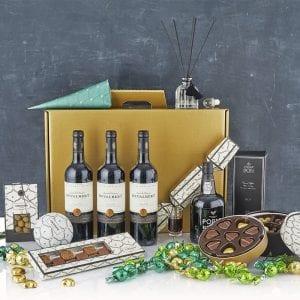 Stor julegave æske i guld med alt godt til ganen - 3 fl. vin, 1 fl. portvin, chokolade julehjerter, chokolade kugler og kvadrat chokolade fra PR chokolade