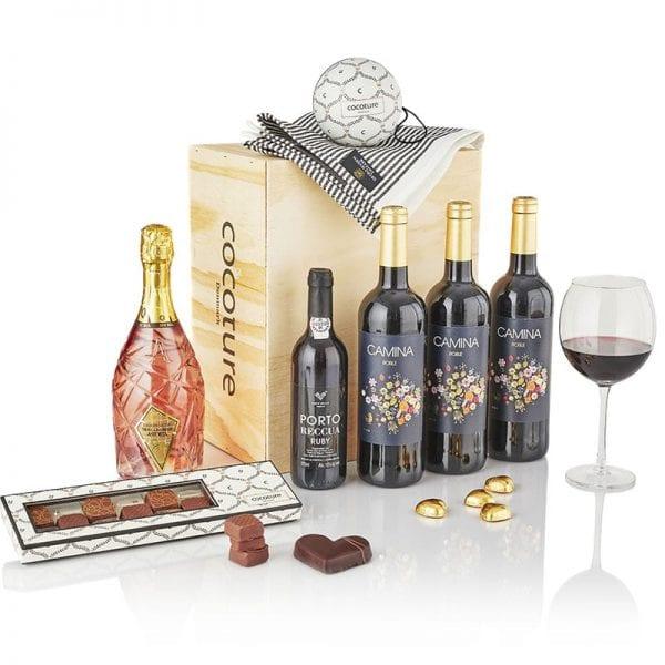 Gaveæske i træ med 3 fl. rødvin, 1 fl. mousserende vin, chokolade hjerter og gourmet chokolade firkanter PR chokolade