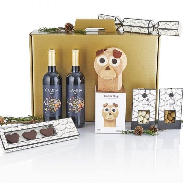 Julegave æske i træ - 2fl. vin, chokolade hjerter, 2 poser chokolade mandler, PR chokolade samt 1 træ hund sparebøsse fra Nis Hauge