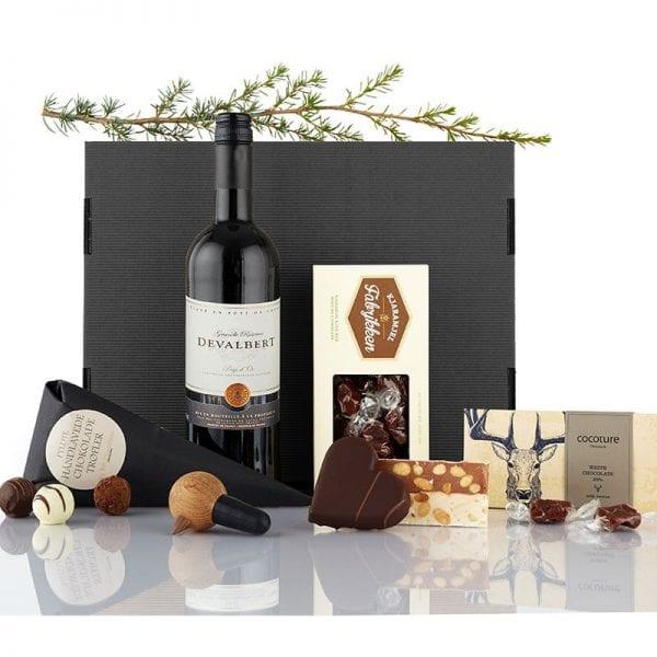Sort julegave æske - 1 fl. vin, træ fugl vin prop fra Nis Hauge, chokolade hjerte, karameller, chokolade plade og chokolade trøfler fra PR chokolade