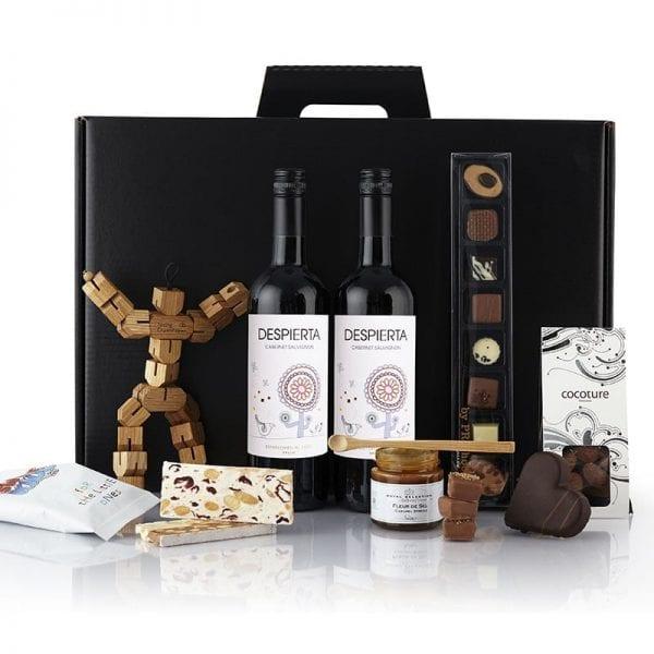 Sort julegave æske - 2 fl. vin, træ mand bordskåner fra Nis Hauge, chokolade hjerte, dulce de leche karamel, nougat knas og chokolade mandler fra PR chokolade