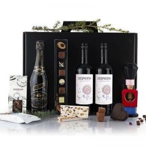 Sort julegave æske - 2 fl. vin, 1 fl mouserende vin, træ tinsoldat nøddeknækker fra Nis Hauge, chokolade hjerte, nougat knas og chokolade mandler fra PR chokolade