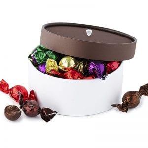 PR chokolade æske, med mix af gourmet chokoladekugler, i hvid æske med brun hat