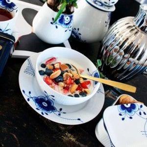Blå mega skål 18 cm fra Royal Copenhagen, Blå mega vase, blå mega smørbeholder, blå mega frokost tallerken guldbestik og Georg Jensen Bernadotte Termokande.