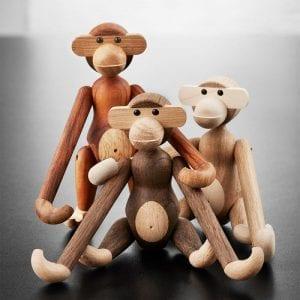 Kay Bojesen lille abe i tre varianter. Teak, den original lille abe. Røget eg, den mørke nye abe. lys egetræ og ahorn, den nye lyse aben