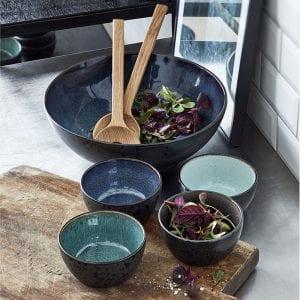 Bitz Salatbestik i eg 32cm, salatskål i sort stentøj med mørkeblå glasur på indersiden dia. 30cm, Skåle 12cm i sæt á 4stk i sort stentøj med 4stk ass. farver: lyseblå, mørkeblå, grøn, grå