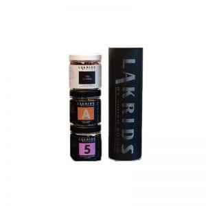 Chokolade / lakrids produkter fra Johan Bülow - her 3 forskellige varianter i bøtter stablet på hinanden ved siden af sort cylinder æske med logo