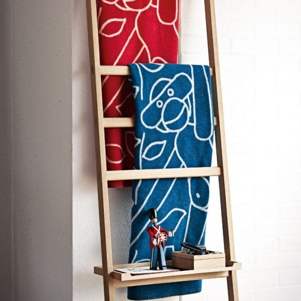 Kay Bojesen Plaids af 100% lammeuld i rød, blå og grå nuancer. De er vendbare så man kan få ''to tæpper i et'' tilføjet et motiv af den originale abe elefant hest zebra bjørn og hund tim med gravhund