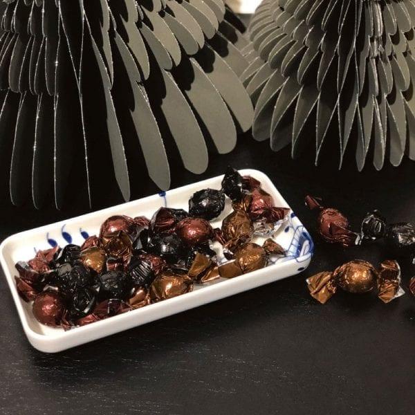 royal copenhagen blå mega mussel fad med chokoladekugler med fyld fra pr chokolade i lækker kvalitet