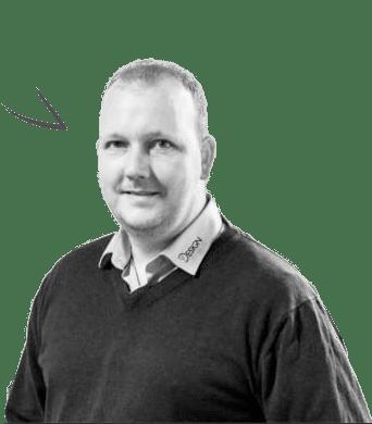 Mikkel Moth med påtegnet begyndende taleboble - klar til at sælge firmatøj