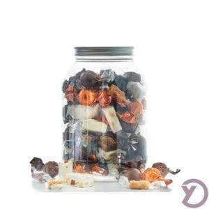 30704000 Mix Af Fyldte Chokoladekugler I Lysebrun, Mørkebrun, Orange, Fanske Nougat Og Karamelmix I Plastbøtte. 1,2 Kg. fra Y-design